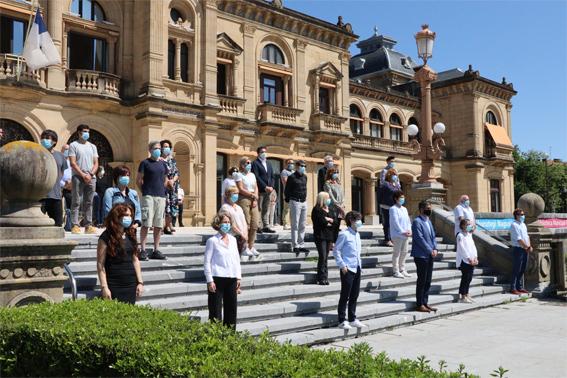 El Ayuntamiento de San Sebastián guarda un minuto de silencio por las personas fallecidas por COVID-19