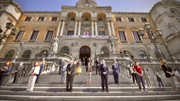 El Ayuntamiento de Bilbao de luto por las personas fallecidas por COVID-19